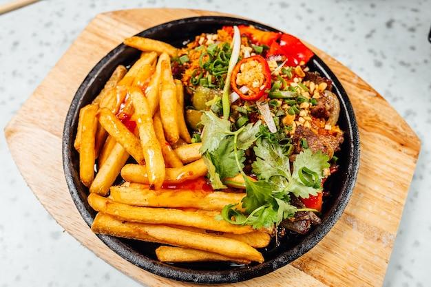 Delizioso cibo vietnamita tra cui pho ga, tagliatelle, involtini primavera sul tavolo bianco