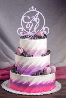 Deliziosa torta nuziale decorata con frutti di bosco