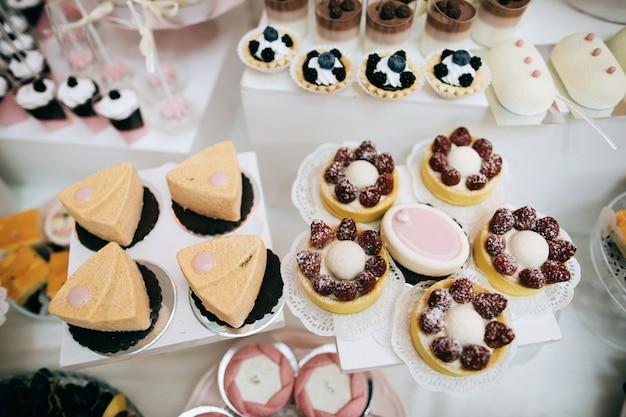 Tavolo da dessert candy bar delizioso ricevimento di nozze bianco