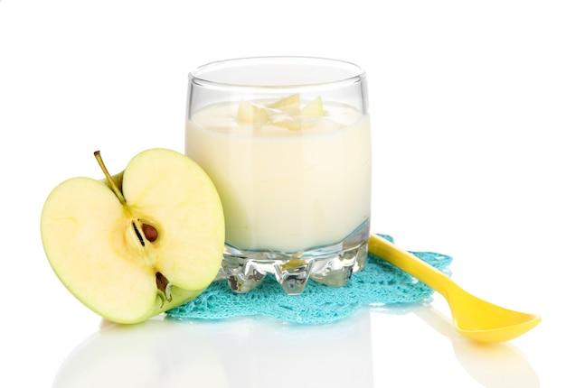 Delizioso yogurt in vetro con mela isolata on white