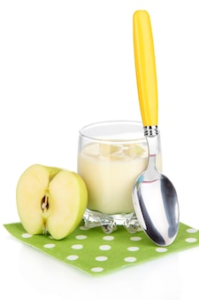Yogurt delizioso in vetro con mela isolata su bianco