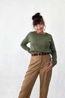 Felice donna di mezza età in abiti alla moda