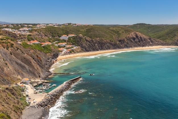 Deliziosa spiaggia di arrifana, per fare surf in portogallo. algarve