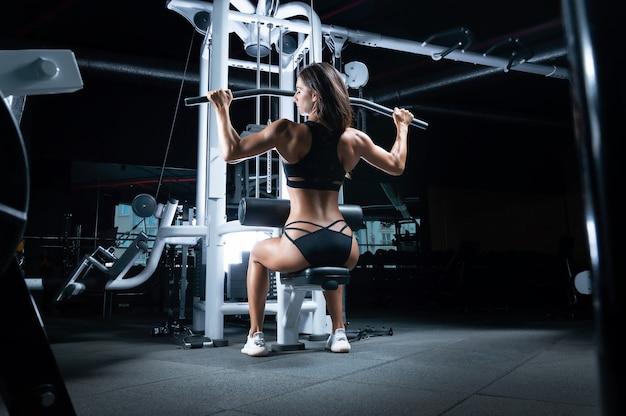 Deliziosa sportiva esegue l'esercizio