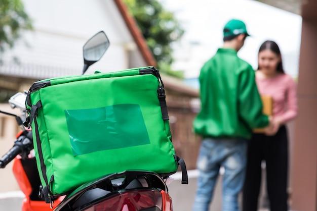 Consegna moto con scatola isotermica per alimenti