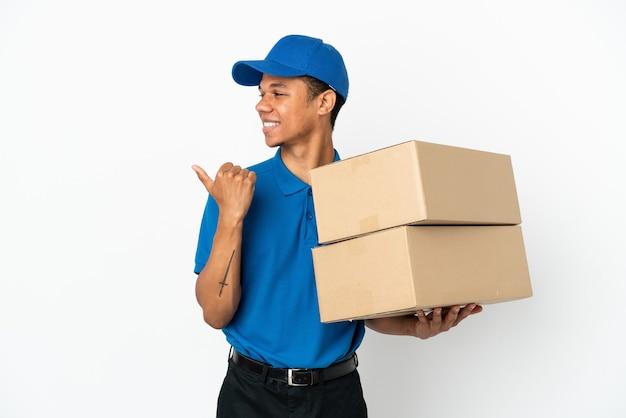 Consegna uomo afroamericano isolato su sfondo bianco rivolto verso il lato per presentare un prodotto