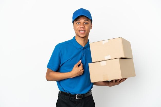 Consegna uomo afroamericano isolato su sfondo bianco con espressione facciale a sorpresa