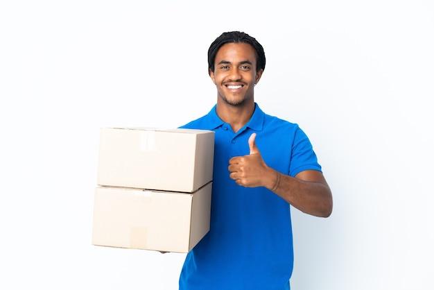 Consegna uomo afroamericano con trecce isolato sul muro bianco che dà un pollice in alto gesto