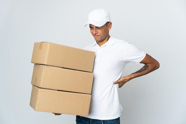 Consegna uomo brasiliano su bianco che soffre di mal di schiena per aver fatto uno sforzo