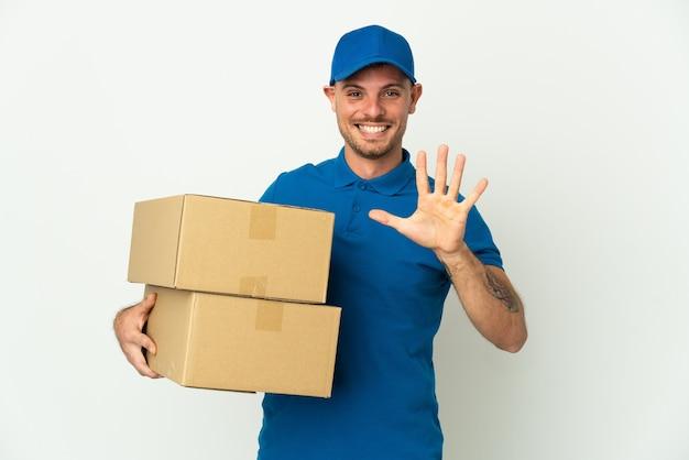 Consegna uomo caucasico isolato su sfondo bianco contando cinque con le dita