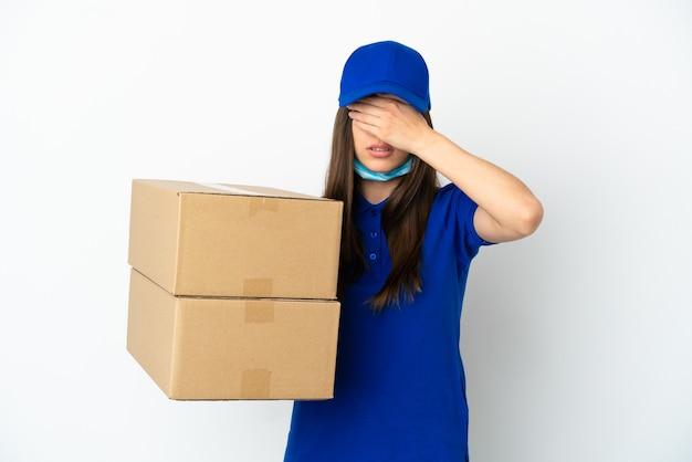 Consegna donna caucasica isolata su sfondo bianco che copre gli occhi con le mani. non voglio vedere qualcosa