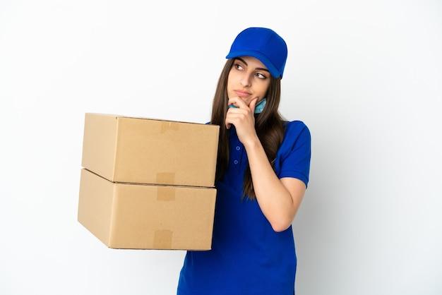 Consegna donna caucasica isolata su sfondo bianco avendo dubbi