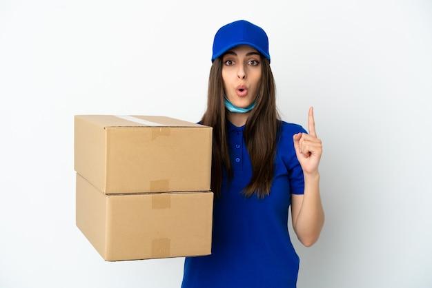 Consegna donna caucasica isolata su sfondo bianco con l'intenzione di realizzare la soluzione sollevando un dito