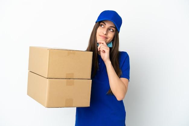 Consegna donna caucasica isolata su sfondo bianco e alzando lo sguardo