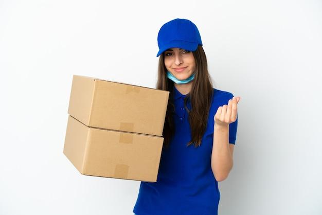 Donna caucasica di consegna isolata su fondo bianco che fa il gesto dei soldi