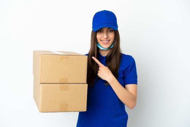Consegna donna caucasica isolata su sfondo bianco che punta al lato per presentare un prodotto