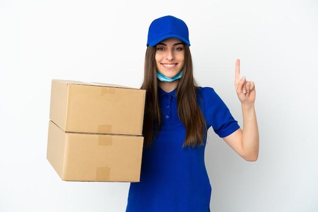 Consegna donna caucasica isolata su sfondo bianco che punta verso l'alto una grande idea