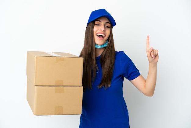 Consegna donna caucasica isolata su sfondo bianco che mostra e alza un dito in segno del meglio