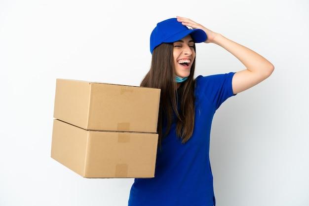 Consegna donna caucasica isolata su sfondo bianco sorridente molto