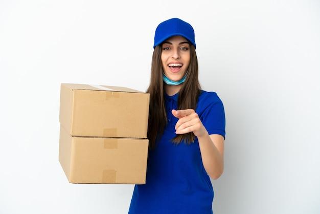 Consegna donna caucasica isolata su sfondo bianco sorpreso e puntando davanti