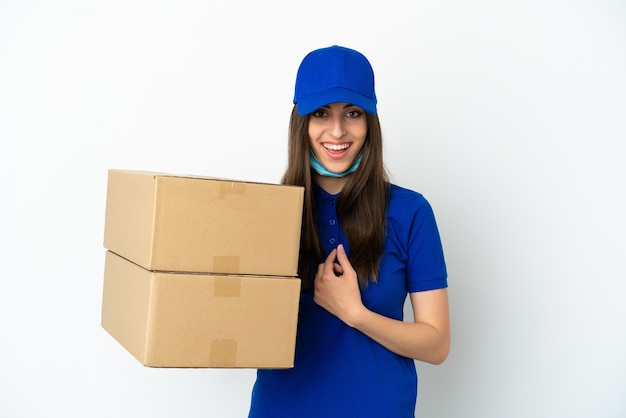 Consegna donna caucasica isolata su sfondo bianco con espressione facciale a sorpresa