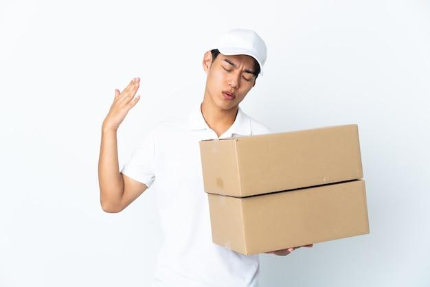 Uomo cinese di consegna isolato sul muro bianco con espressione stanca e malata