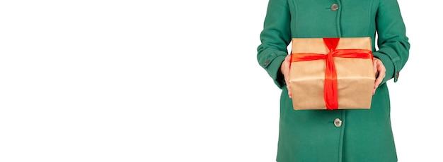 Consegna di un regalo di natale a casa. consegna del regalo per il natale isolato su bianco