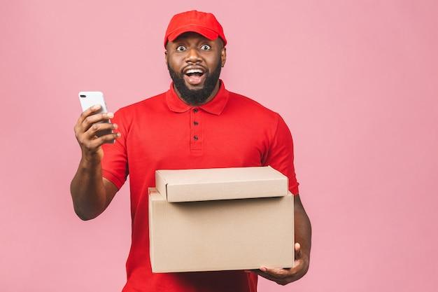 Concetto di consegna. uomo nero di consegna afroamericano che trasporta il pacco. utilizzando il telefono.