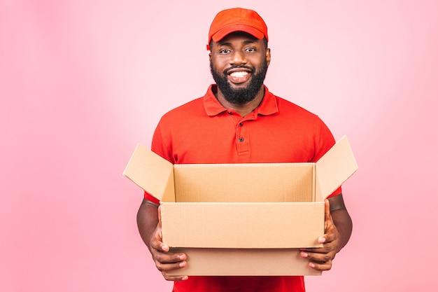 Concetto di consegna uomo nero di consegna afroamericano che trasporta il pacco