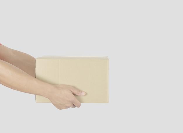 Concetto di consegna fattorino che tiene la cassetta dei pacchi per i servizi clienti su sfondo bianco