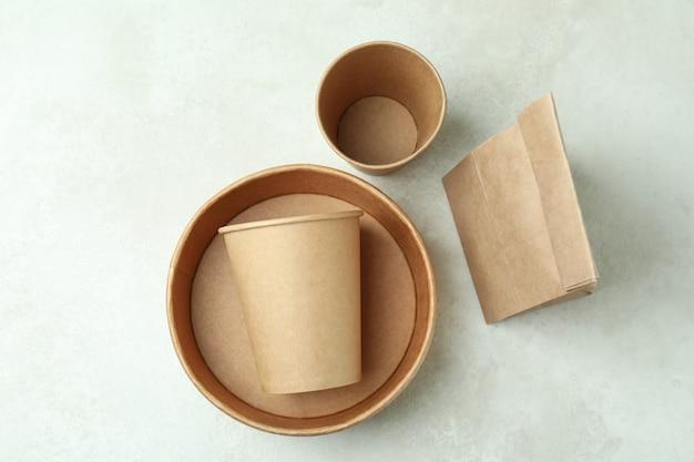 Contenitori di consegna per cibo da asporto sul tavolo con texture bianca