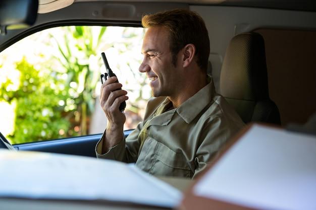 Autista consegna parlando sul walkie-talkie