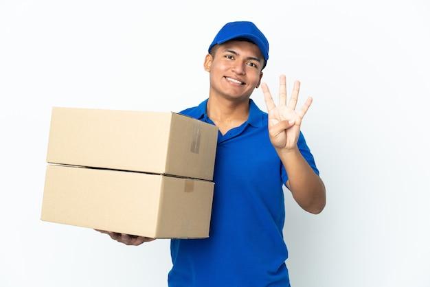 Uomo ecuadoriano di consegna isolato sul muro bianco felice e contando quattro con le dita