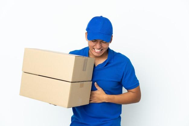 Uomo ecuadoriano di consegna isolato sul muro bianco che sorride molto