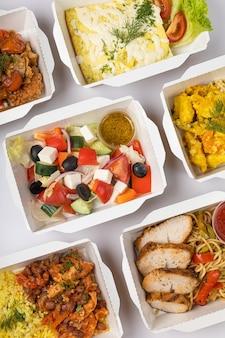 Consegna di cibo in contenitori su sfondo bianco