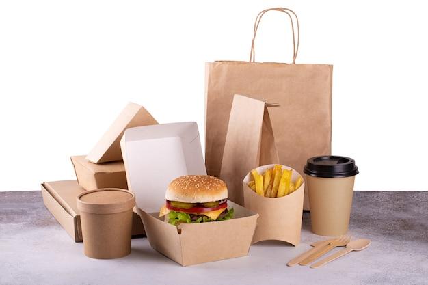 Consegna imballaggi ecologici alimentari con hamburger e patatine fritte, caffè. fast food