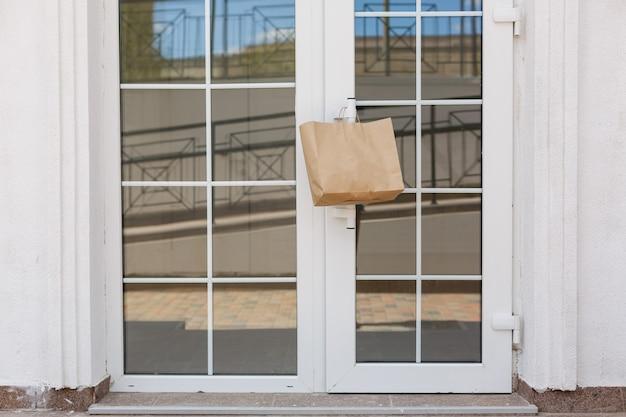 Consegna di cibo effettuata durante la quarantena al covid-19. cibo consegnato a casa con una nota
