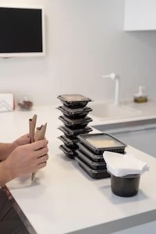 Cibo a domicilio, prodotti a domicilio. shopping e concetto di cibo sano. primo piano di scatole usa e getta con cibo, ordinate per pasti Foto Premium