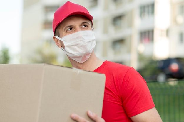 Ragazzo delle consegne che indossa una maschera medica
