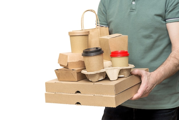 Il fattorino porta diversi contenitori per alimenti da asporto, scatola per pizza, tazze da caffè nel supporto e sacchetto di carta isolato su sfondo bianco