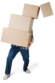Fattorino che trasporta scatole impilate davanti al viso su sfondo bianco