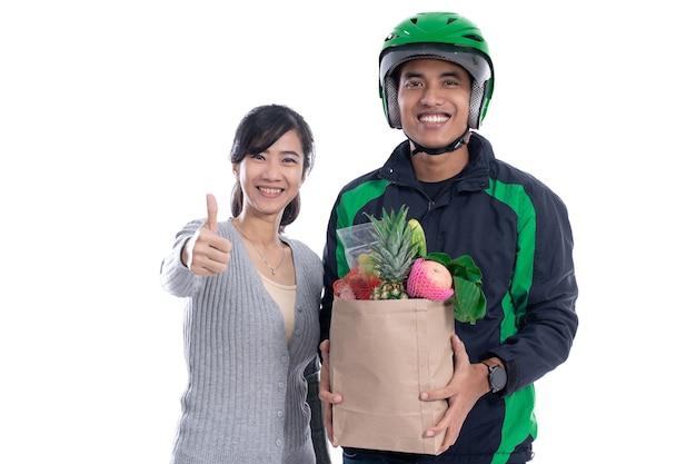Uomo di consegna consegnare l'ordine di cibo al cliente isolato su sfondo bianco