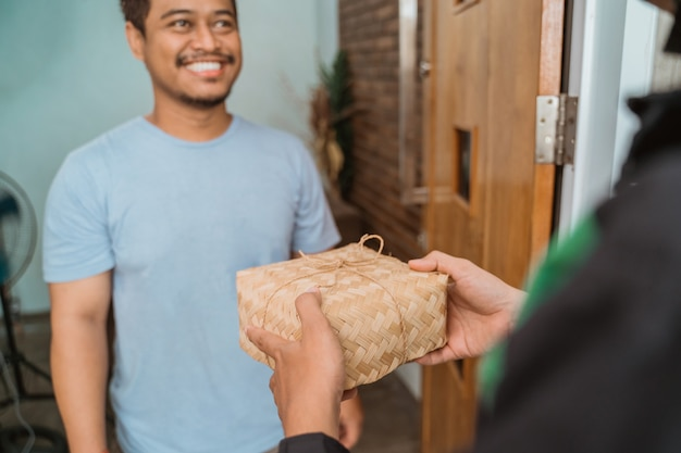 Fattorino che consegna una scatola