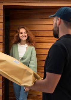 Uomo di consegna che consegna un pacchetto