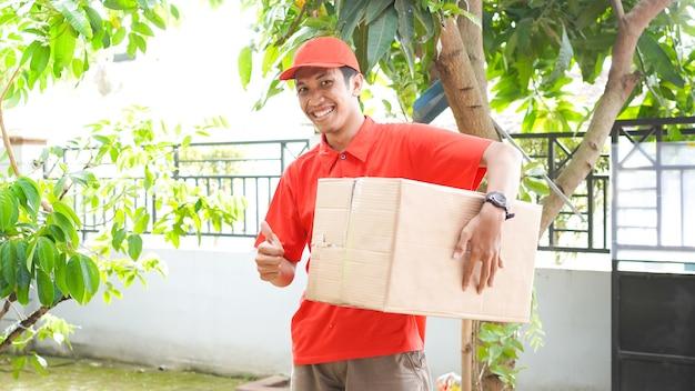 Il fattorino consegna la scatola al cliente e il gesto ok
