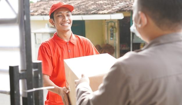 Il fattorino consegna la scatola al cliente