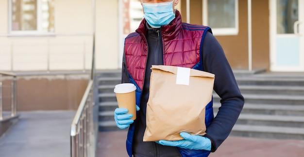Il fattorino consegna gli ordini. servizio di consegna in quarantena, focolaio di malattia, condizioni di pandemia di coronavirus covid-19.