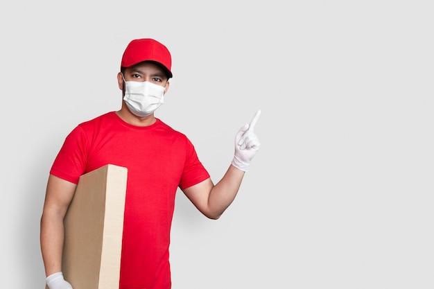 Dipendente del fattorino in berretto rosso e uniforme