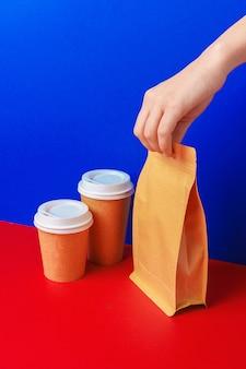 Mani di uomo di consegna dando contenitori e pacchetti di cibo. concetto di consegna
