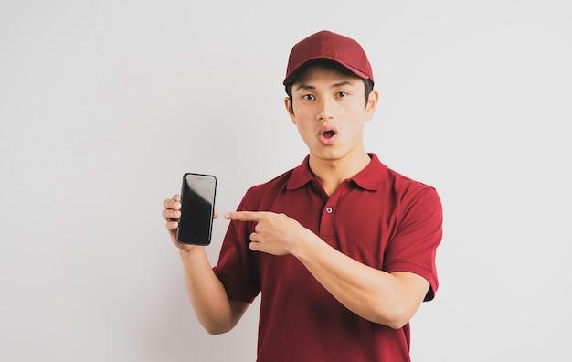 Uomo di consegna che tiene telefono